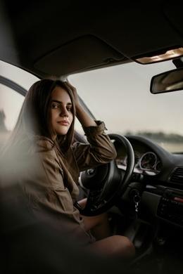 jongere bestuurder vrouw